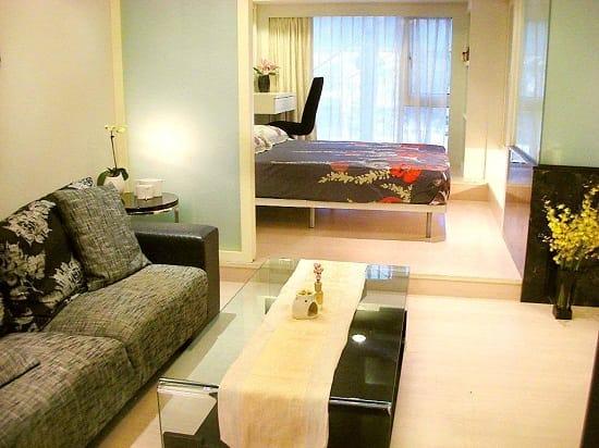 Расположение на подиуме спальной зоны в гостиной