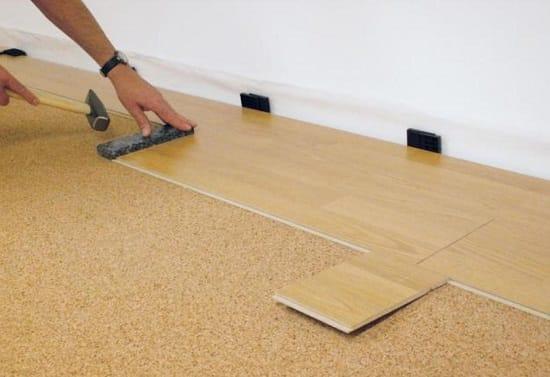 Монтаж ламината в ремонтируемой спальне