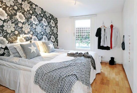 Красивые акцентные обои с крупным цветочным принтом в спальне