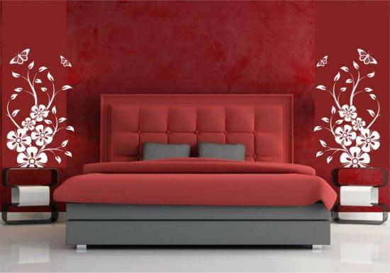 Идея использования аппликации для оживления однотонной отделки стен спальни