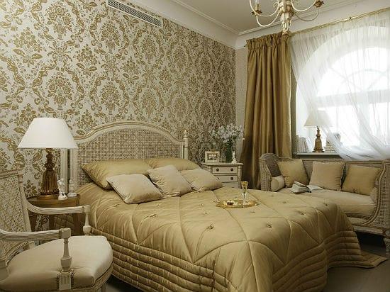 Идея оформления классической спальни обоями с крупным орнаментом