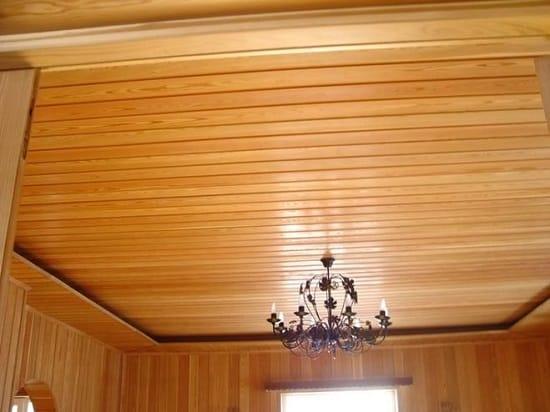 Вагонка в отделке потолка спальни