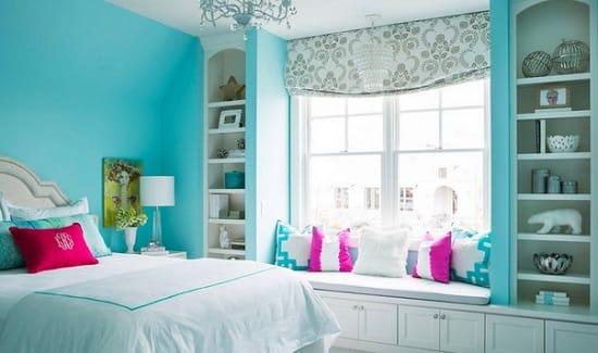 Идея использования подоконника спальни в качестве диванчика