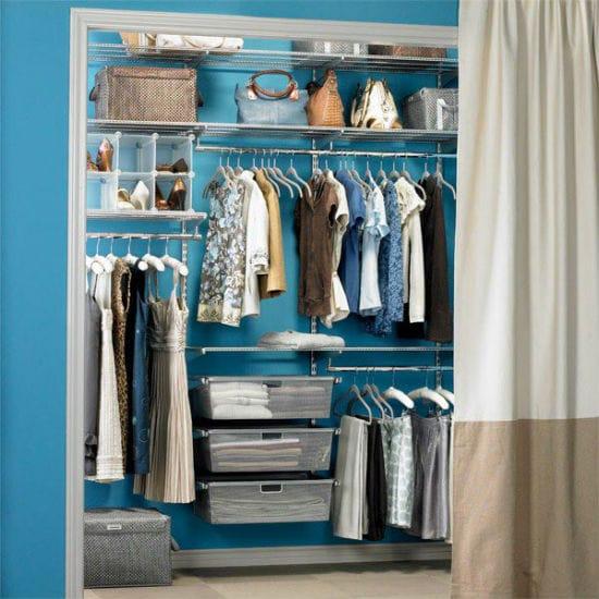 Идея устройства гардеробной с ограждением из штор для спальни