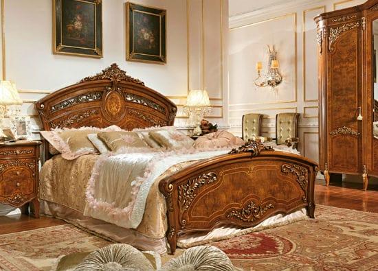 Фигурный гарнитур из дерева с резьбой в украшении спальни