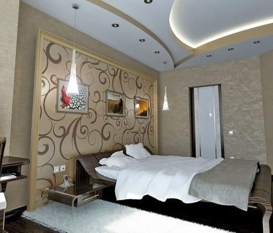 Многоуровневый гипсокартонный потолок с комбинированной подсветкой в спальне