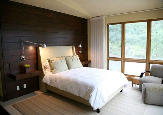 Отделка деревянными панелями стены у изголовья кровати в спальне