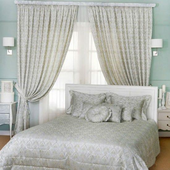 Однотонные занавески с нежным рисунком под покрывало в спальне