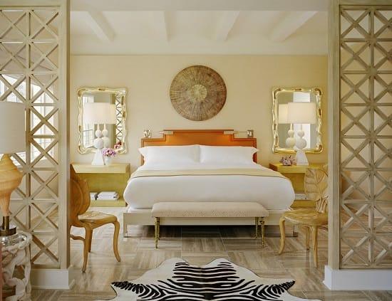 Зеркала в красивых рамах для оформления интерьера спальни