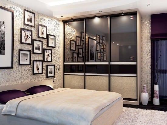 Шкаф купе с зеркальным фасадом в обустройстве спальни