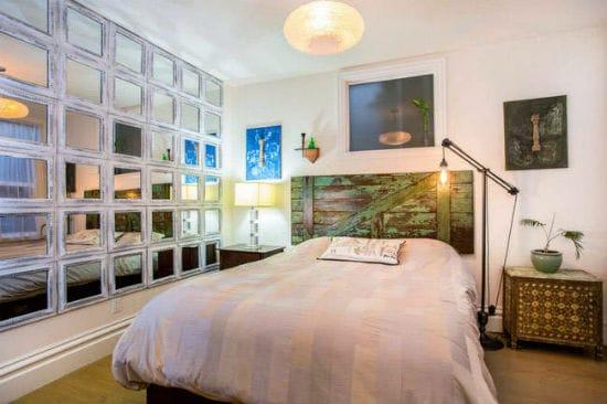 Идея для визуального увеличения пространства спальни при помощи зеркальной стены