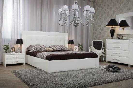 Классическая люстра в современном интерьере спальни