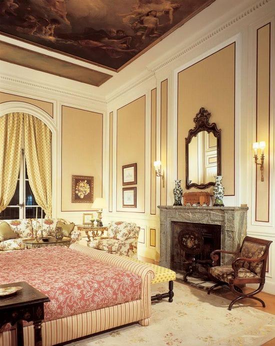 Идея оформления стен классической спальни молдингами