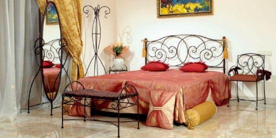 Идея для оформления интерьера спальни кованой мебелью