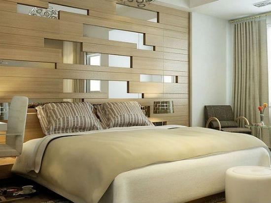 Красивая комбинация деревянных панелей и зеркал в отделке спальни