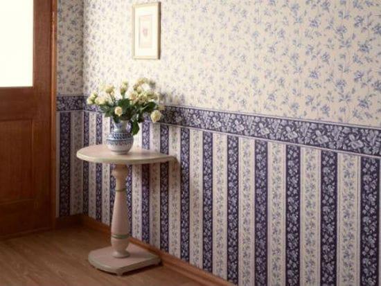 Обои компаньоны с цветочками и поперечными полосами в отделке спальни