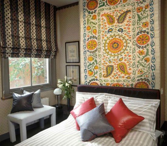 Идея украшения окна небольшой спальни короткими шторами