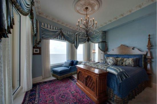 Украшение окон спальни красивыми ламбрекенами