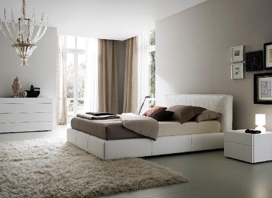 Обстановка большой спальни с эргономичным расположением кровати
