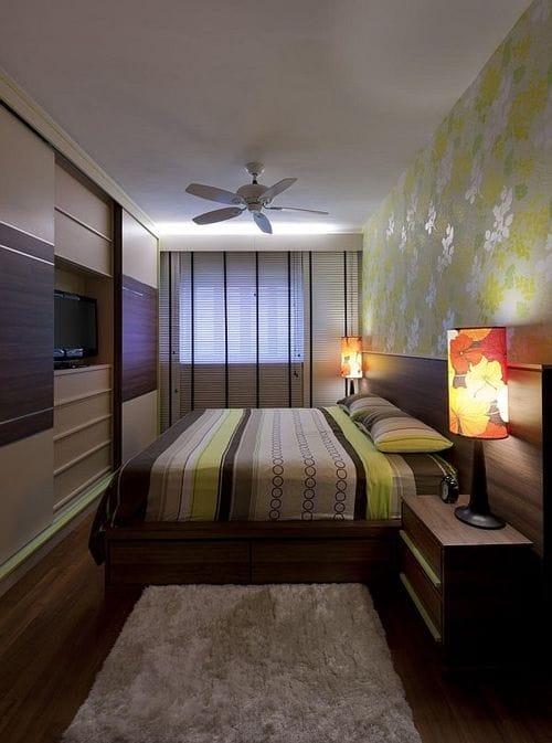 Обстановка в маленькой спальне с расположением кровати у длинной стены