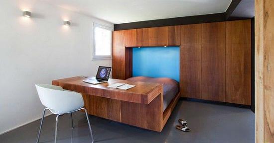 Идея оформления рабочей зоны в спальне путем установки кровати-стола