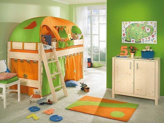 Оригинальная кровать-шатер в ярком дизайне спальни для мальчика