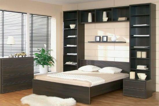 Практичное и красивое решение для спальни установки кровати в нишу шкафа