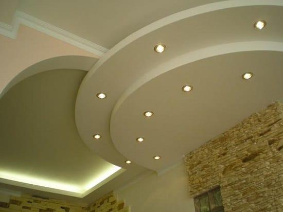 Точечное освещение многоуровневого потолка из гипсокартона в спальне