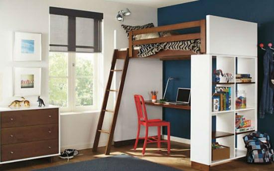 Организация небольшой подростковой спальни с кроватью на втором этаже