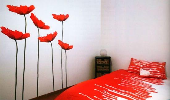 Использование ярких наклеек для оформления интерьера спальни