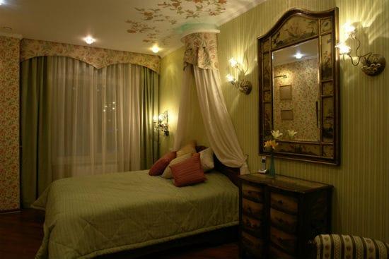 Комбинированное освещение спальни при помощи настенных и потолочных светильников