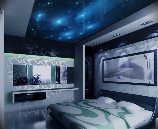 Красивое оформление потолка спальни натяжной конструкцией