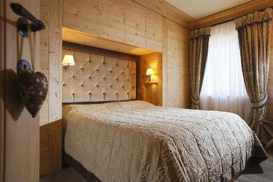 Красивое оформление ниши в спальне деревянной вагонкой