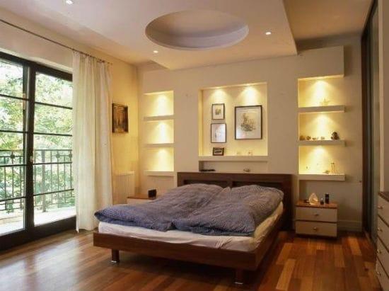 Спальня с использованием красиво подсвеченных ниш в качестве полок