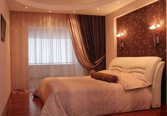 Красивое оформление ниши растительным принтом в спальне