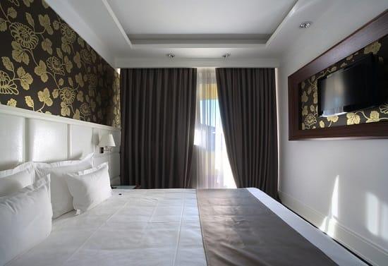 Обстановка маленькой спальни с использованием ниши под телевизор
