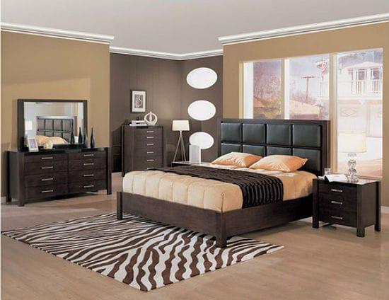 Красивая отделка стен спальни разными оттенками одного цвета