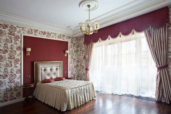 Комбинирование монохромных и с орнаментом обоев для отделки спальни