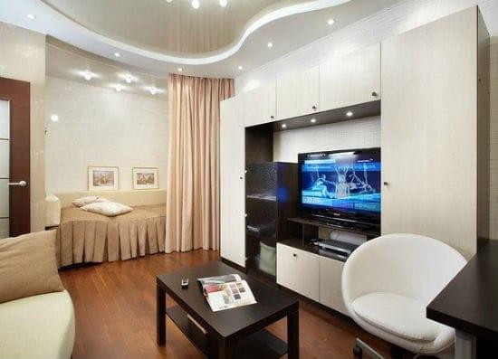 Идея дизайна спальни гостиной с зонированием при помощи штор