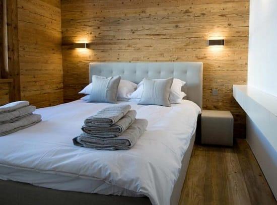 Оформление стен спальни деревянными панелями в цвет паркета