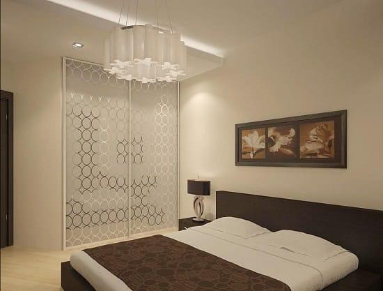 Удачное оформление небольшой спальни в светлых тонах