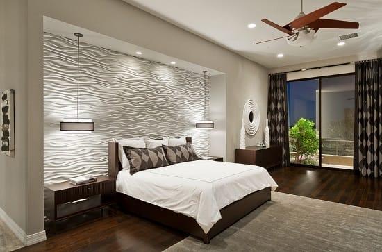 Однотонная отделка спальни с оформлением ниши фактурными обоями