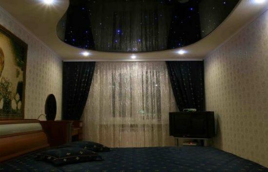 Подвесной потолок с подсветкой в спальне