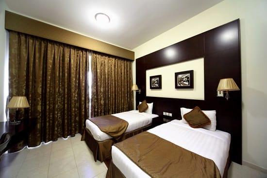 Твердый ламбрекен простой конструкции для оформления штор в спальне