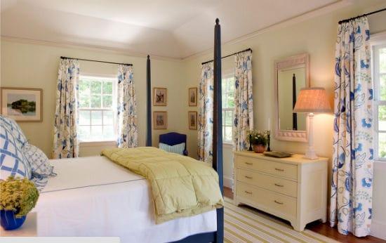 Красивые пестрые шторы в декорировании окон спальни
