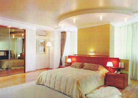 Подвесной круглый потолок в оформлении интерьера спальни