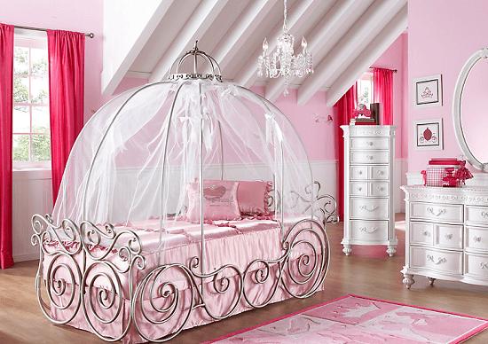 Стилизованная под карету кровать в спальне для маленькой принцессы