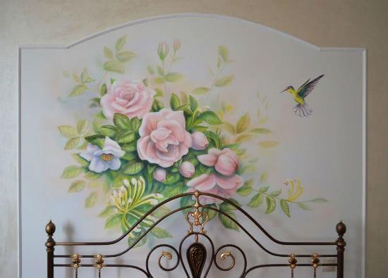Красивая и простая роспись стены у изголовья кровати в спальне