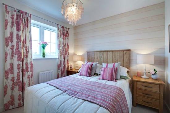 Сдержанный дизайн небольшой спальни с красивыми бело-розовыми шторами