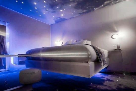 Потолок звездное небо с освещением в современной спальне